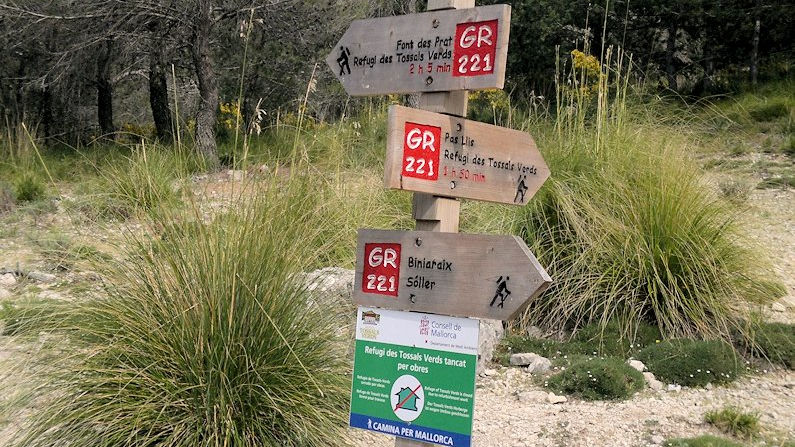 Wayposts on the Mallorca hiking trails are both informative and accurate